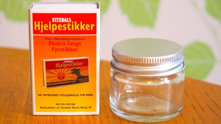 Den här glasburken rymmer 15 ml- tillräckligt för tre ansiktstvättar. Tändsticksask för skala.