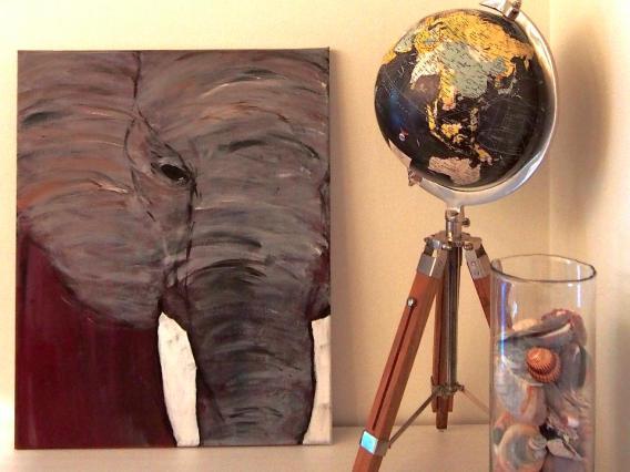Stilleben med en tavla som min vän Julia har målat, samt en jordglob och snäckskal från Sardinien