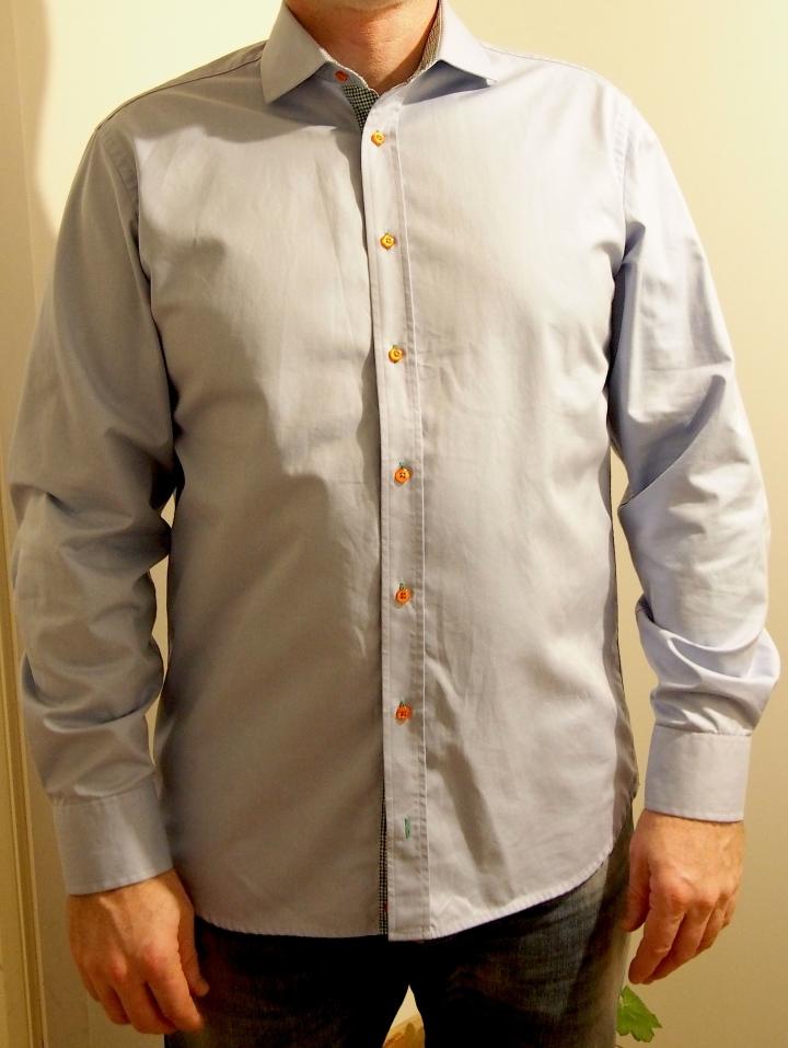 Randig skjorta med orangea knappar från Oscar Jacobson. Rutig insida på krage och manschett. Köpt på Tradera för 104 sek.