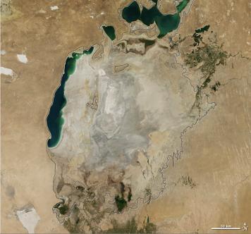 Aralsjön år 2014. Den tunna svarta linjen i kartan visar ungefärlig strandlinje år 1960. Foto: NASA Public Domain