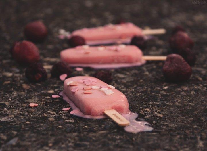 Smältande glass med strössel format som hjärtan