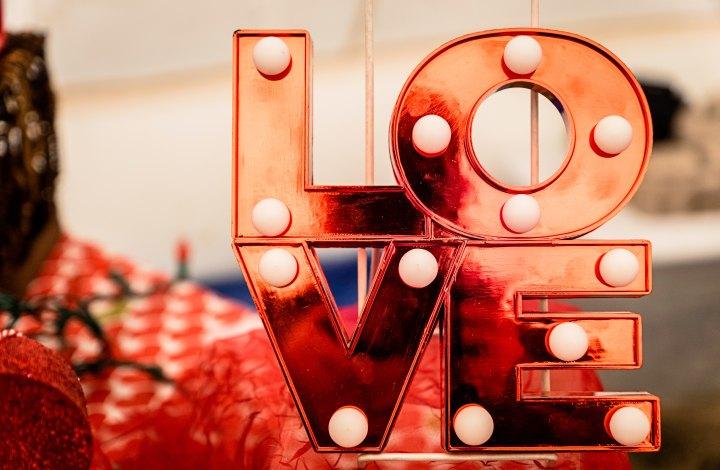 Skylt ned texten Love